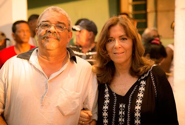 Maria del Mar Bonet con el célebre periodista cubano, Pedro de la Hoz, después de la intervención de la mallorquina en el concierto número 74 de la «Gira por los barrios». © Juan Miguel Morales
