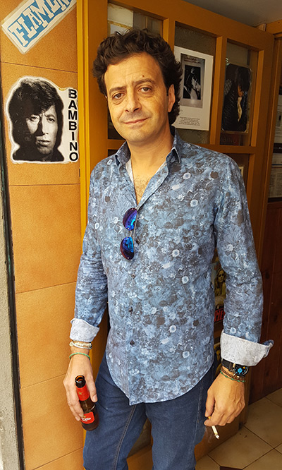 Manuel Angustias en la puerta del Bar Leo —en el barrio de la Barceloneta de Barcelona—, museo vivo a la memoria de Bambino. © Xavier Pintanel