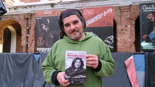 Fotografía del 15 de junio de 2016, de Fabián Matus, hijo de la fallecida cantante argentina Mercedes Sosa durante una entrevista con Efe en Buenos Aires (Argentina). © EFE