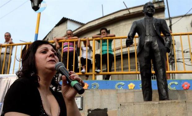 La cantante argentina Sandra Luna interpreta un tango en un acto por el aniversario 81 de la muerte del cantante argentino Carlos Gardel en el marco del X Festival Internacional de Tango frente a su estatua en Medellín (Colombia). © EFE