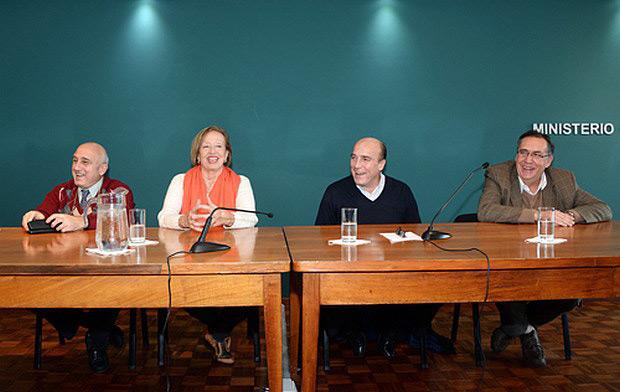 Firma del acuerdo para la conservación y digitalización del archivo de Alfredo Zitarrosa.