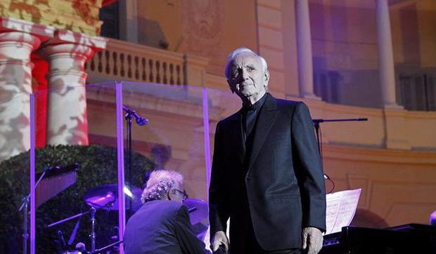 El legendario cantante francés Charles Aznavour durante el concierto que ha ofrecido hoy dentro del Festival Jardins de Pedralbes, en Barcelona. © EFE