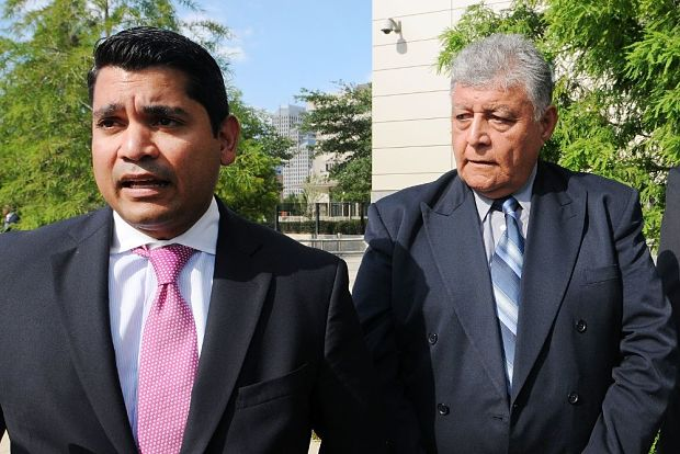 El ex militar chileno Pedro Barrientos a la derecha escucha a su abogado defensor, Luis Calderón, a la salida del Tribunal Federal. © Gerardo Mora | EFE