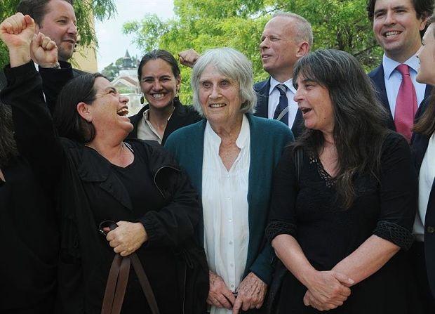 La viuda del cantautor chileno Víctor Jara, Joan Jara, entre sus dos hijas Amanda Jara (izquierda) y Manuela Bunster (derecha) a su salida del Tribunal Federal en Orlando (EE.UU.). © Gerardo Mora | EFE