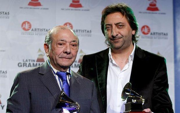El cantante Juan Carmona «Habichuela» junto a su hijo Juan Carmona tras recibir el Latin Grammy al Mejor Álbum de Flamenco por su trabajo «Una guitarra en Granada», en 2009. © EFE