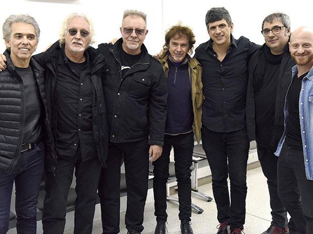 De izquierda a derecha: Jairo, Nito Mestre, León Gieco y Raúl Porchetto; el director del Espacio de Arte y proyectos especiales de AMIA, Elio Kapszuk; y Lito Vitale.