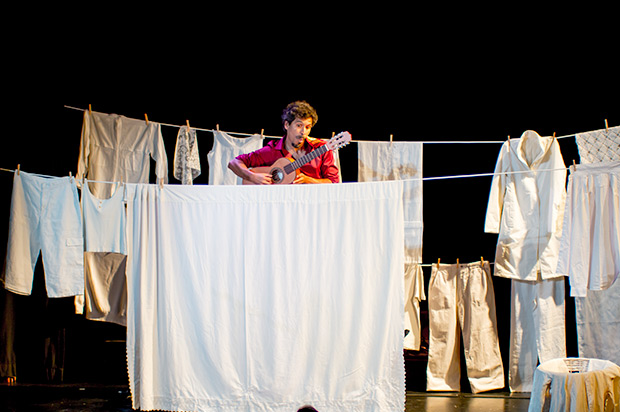 Espectáculo «Galeano Encendido» de Gaddaffi Núñez. © Xavier Pintanel
