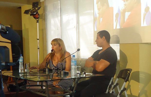 La periodista Magda Resik recibió a Israel Rojas en el Pabellón Cuba.