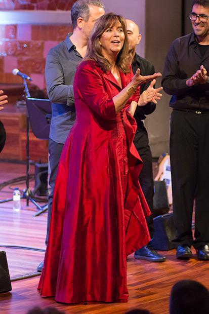 Maria del Mar Bonet se marcó un cante a capella y un baile al son de So de pastera. © Xavier Pintanel
