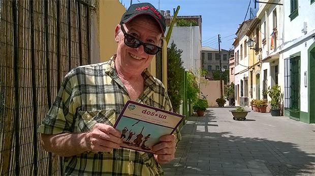 Manel Joseph frente al primer single de Dos + Un, casi cincuenta años después de su publicación. © Manel Gausachs