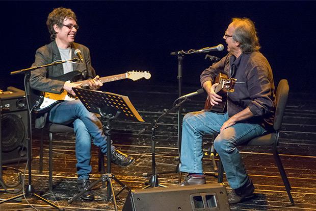 Fernando Cabrera invitó a Joan Manuel Serrat en el segundo concierto de su primera gira europea. © Xavier Pintanel