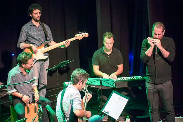 El compositor, armonicista y pianista uruguayo afincado en Barcelona Rodrigo G Pahlen abrió el concierto de Fernando Cabrera. © Xavier Pintanel