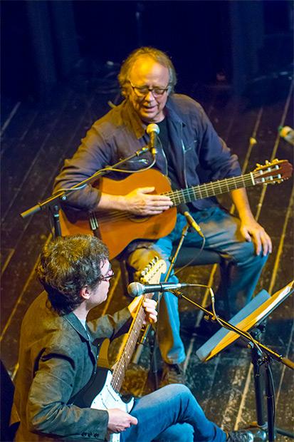 Fernando Cabrera y Joan Manuel Serrat interpretaron Río de los pájaros de Aníbal Sampayo. © Xavier Pintanel