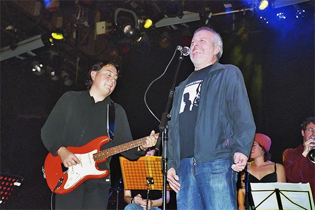 Instantánea de la última vez que cantaron juntos sobre un escenario Ia Clua y Jordi Batiste, el 15 de noviembre del 2006 en la presentación de «El món on visc» en la sala Luz de Gas. © Manel Gausachs