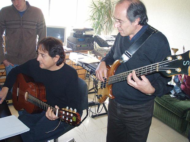 Los hermanos Clua grabando «El món on visc» en los Indi Studios de Santa Eulàlia de Riuprimer en el 2006. © Jordi Calmet, Jorcx