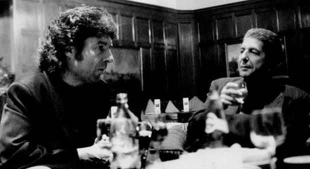 Fotografía facilitada por el traductor y biógrafo Alberto Manzano, de la reunión de Leonard Cohen y Enrique Morente en el bar del Hotel Palace de Madrid, hace más de dos décadas, en la que se gestó «Omega», un disco revolucionario que fusionó rock, flamenco y poesía y que cumple 20 años convertido en hito.