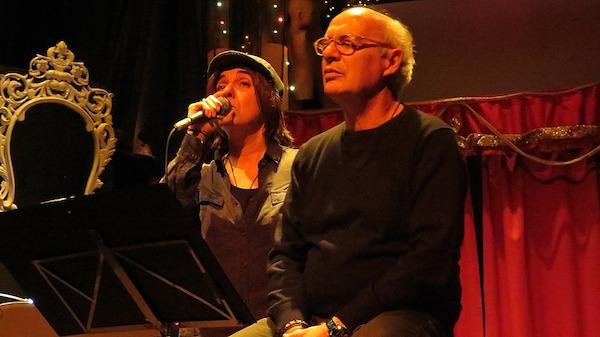 Joan Isaac y Sílvia Comes cantan «Gent senzilla». © José Luis Martínez