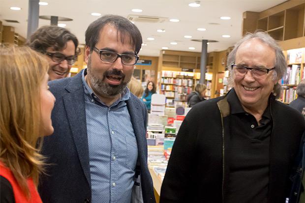De izquierda a derecha: la periodista Núria Martorell, presentadora del evento, el escritor y poeta gaditano Luis García Gil, autor de «Mediterráneo: Serrat en la encrucijada»; y Joan Manuel Serrat. © Xavier Pintanel
