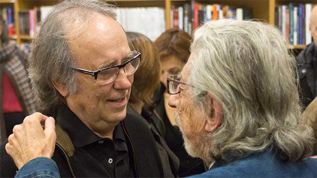Joan Manuel Serrat saluda a Francesc Burrull, uno de sus pianistas de cabecera, y el arreglista y director de su banda durante los conciertos de presentación de «Mediterráneo» hace 45 años. © Xavier Pintanel