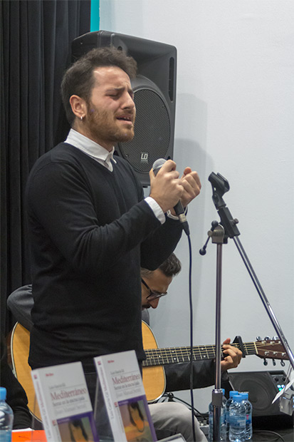 Giancarlo Arena —acompañado por la guitarra de Carlos Montfort— interpretó «La mujer que yo quiero» en su versión original añadiendo una estrofa en italiano de la versión de Gino Paoli «La donna che amo». © Xavier Pintanel