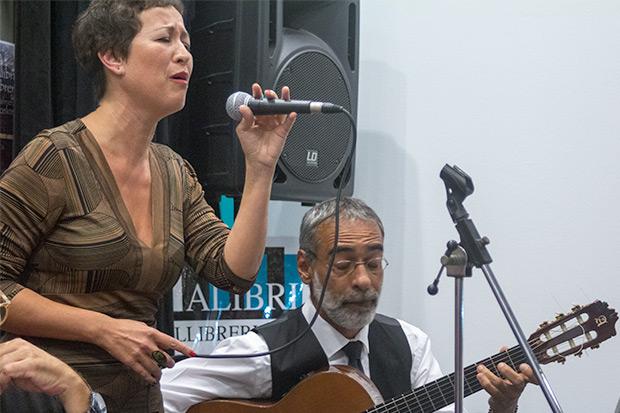 Sandra Rehder —acompañada por Gustavo «El Negro» Battaglia— interpretó «Mediterráneo». © Xavier Pintanel