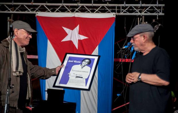 Vicente Feliu entrega el premio Noel Nicola a Silvio Rodríguez. © Iván Soca