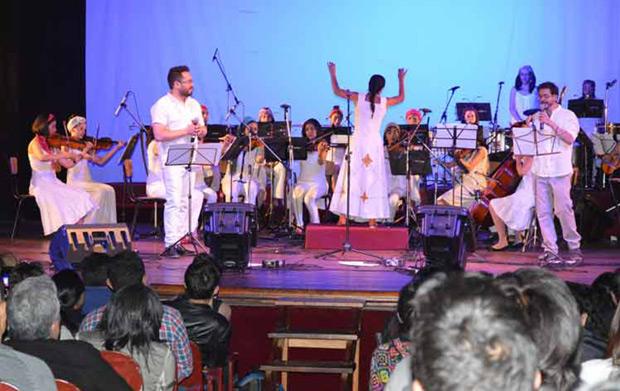 El dúo boliviano Negro y Blanco y la orquesta sinfónica Deuce. © PL