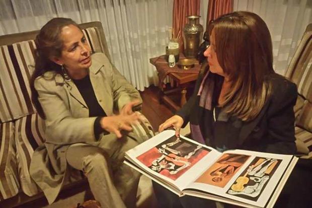 Liuba María Hevia conversando con Verenice Guayasamín, una de las hijas del pintor ecuatoriano Oswaldo Guayasamín.