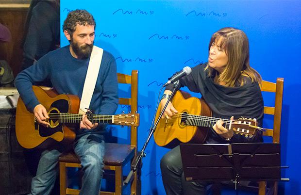 Maria del Mar Bonet ofreció al final del acto dos canciones acompañada por Borja Penalba. © Xavier Pintanel