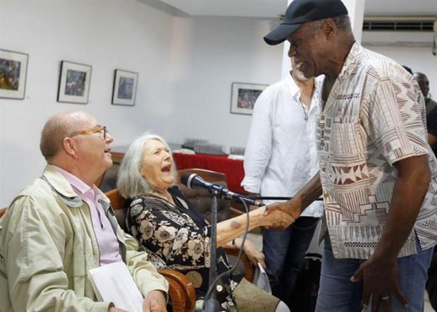 El actor norteamericano Danny Glover saluda a la cantante y compositora estadounidense Barbara Dane, junto a Miguel Barnet, poeta y presidente de la Unión de Artistas y Escritores de Cuba (UNEAC), en la ceremonia de entrega de la condición de miembro de honor de la organización a Dane en La Habana (Cuba). © EFE