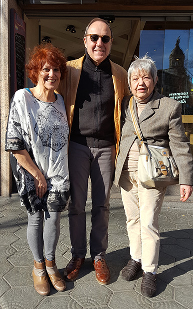 Julia León y Elisa Serna con Pere Camps, director del festival BarnSants. © Xavier Pintanel