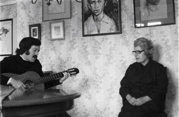 Adolfo Celdrán canta para Josefina Manresa, viuda de Miguel Hernández.