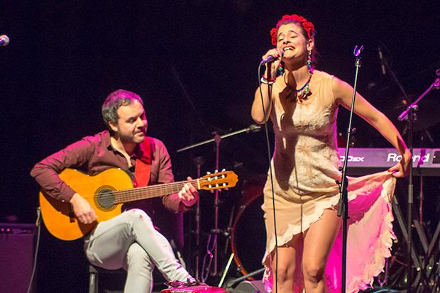 El guitarrista chileno afincado en Barcelona Gian Carlo Scevola acompañó a Pascuala Ilabaca en «Verso por la niña muerta» y en «Gracias a la vida». © Xavier Pintanel