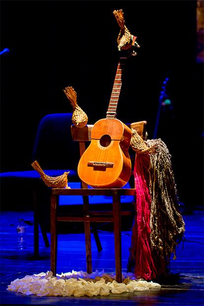 Un altar dedicado a Violeta Parra presidió el concierto. © Xavier Pintanel