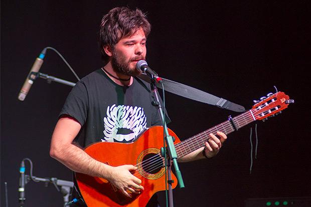 Jorge Tylki invitó a Alberto Alcalá a cantar una canción. © Xavier Pintanel