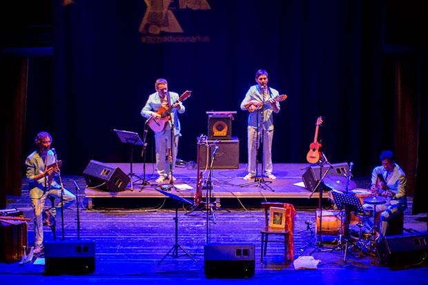 Los Sakapatú abrieron el concierto con una versión de La partida de Victor Jara. © Xavier Pintanel