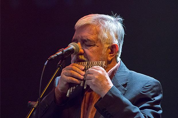 Jorge Coulon con el «rondador», una flauta de origen ecuatoriano. © Xavier Pintanel