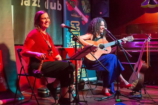 Marta Gómez y Natalia Contesse luciendo el buen humor del que se disfrutó en el concierto. © Xavier Pintanel