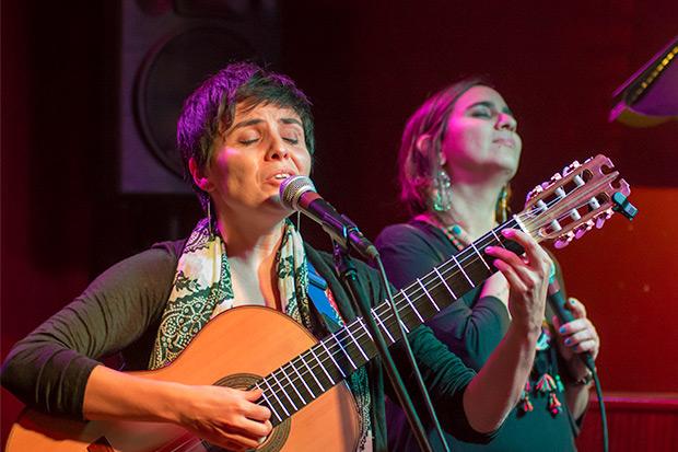 Elizabeth Morris con Marta Gómez. © Xavier Pintanel
