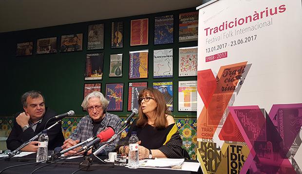 De izquierda a derecha: Yanni Munujos, manager de Maria del Mar; Jordi Fàbregas, director del festival Tradicionàrius; y Maria del Mar Bonet en la conferencia de prensa de hoy. © Xavier Pintanel