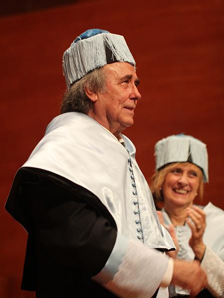 Joan Manuel Serrat ha sido investido doctor «honoris causa» por la Universitat de Lleida (UdL). © Fermí Puig