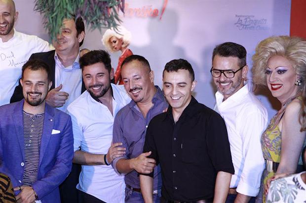Miguel Poveda (segundo por la izquierda) junto con el director general de la empresa,