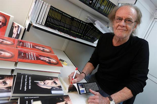 Luis Eduardo Aute, firma ejemplares de su libro, en la Feria del Libro del pasado verano. © EFE