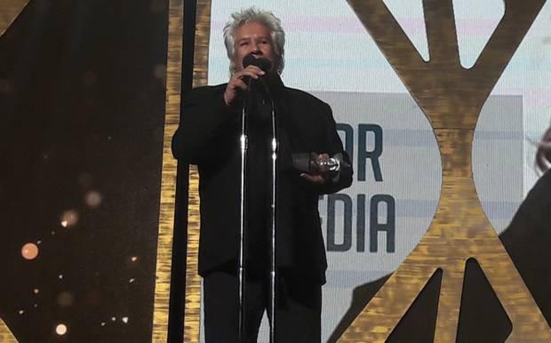Víctor Heredia recoge el premio Gardel a la Trayectoria 2017.