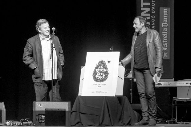 Fernando González Lucini recibe el premio BarnaSants al activismo cultural de manos de Pere Camps. © Xavier Pintanel