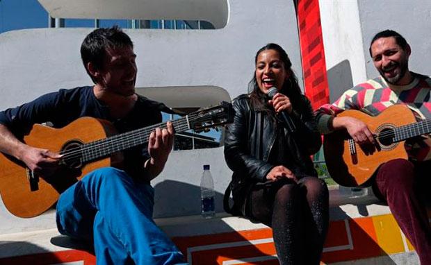 La cantante franco-chilena Ana Tijoux canta luego de una rueda de prensa en la que anunció el concierto que presentará mañana, «Roja y Negro, canciones de amor y desamor», hoy, viernes 23 de junio de 2017, en La Paz (Bolivia). © EFE