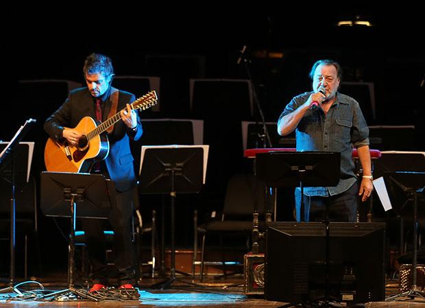 Patricio Manns —que cantó «El exiliado del sur»— acompañado de Ángel Parra. © Natalia Espina | Consejo Nacional de la Cultura y las Artes