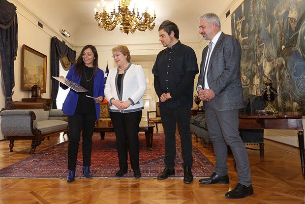 De izquierda a derecha: Javiera Parra, Michelle Bachelet, Ángel Parra Orrego y Ernesto Ottone. © Natalia Espina | Consejo Nacional de la Cultura y las Artes