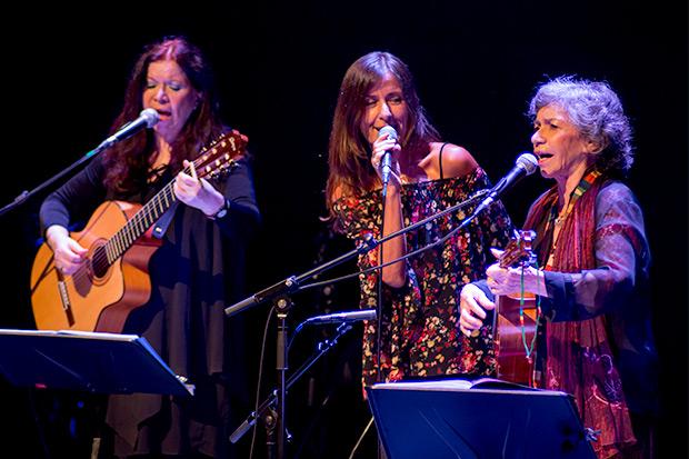 Tita Parra, Cristina Narea —invitada de la noche— e Isabel Parra. © Xavier Pintanel