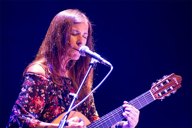 Cristina Narea interpretó una hermosa canción compuesta por ella dedicada a Violeta Parra. © Xavier Pintanel